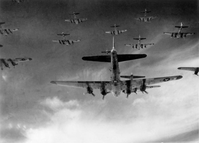 Американские бомбардировщики B-17 в строю. | Фото: commons.wikimedia.org.