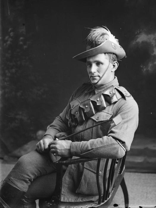 Фотопортрет артиллериста в шляпе с перьями. | Фото : powerhousemuseum.com.