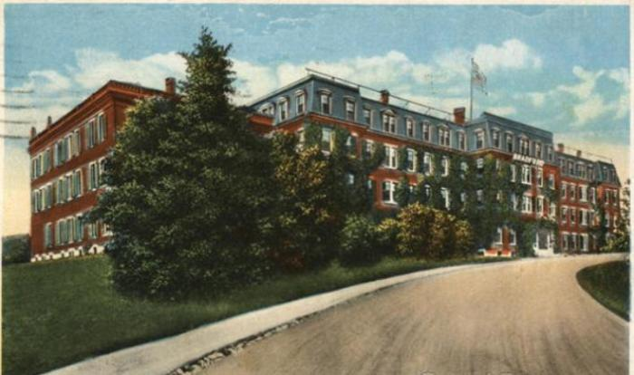 Брэдфордский колледж на открытке 1905 года.   Фото: cardcow.com.