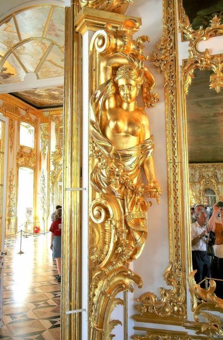 Украшение дверного косяка. Большой зал Екатерининского дворца. | Фото: commons.wikimedia.org.