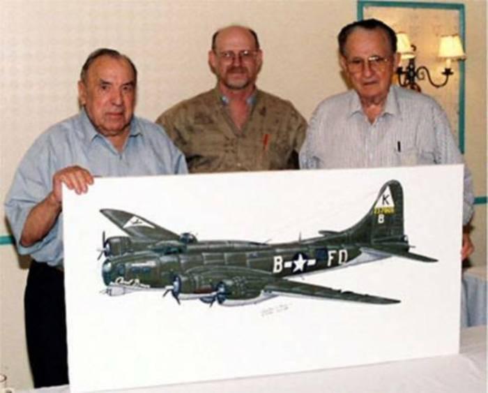 Чарльз Браун и Франц Штиглер, а также плакаты с самолетами, на которых они летали в годы войны. | Фото: aviationartstore.com.