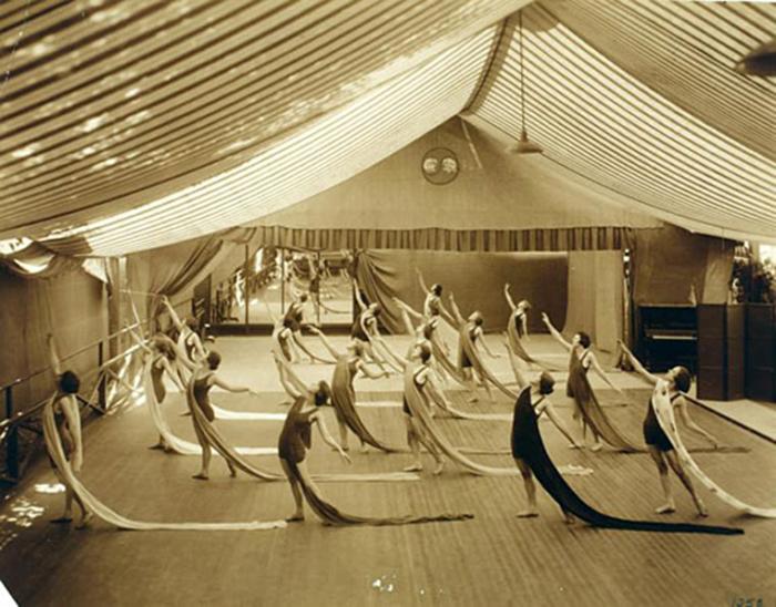 Занятия в школе танцев «Денишоун».