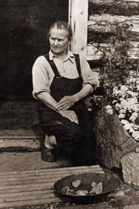 Фанни Квигли позирует с золотыми самородками на крыльце ее дома у Фрайдей Крик, середина 1920-х гг. | Фото: nps.gov.