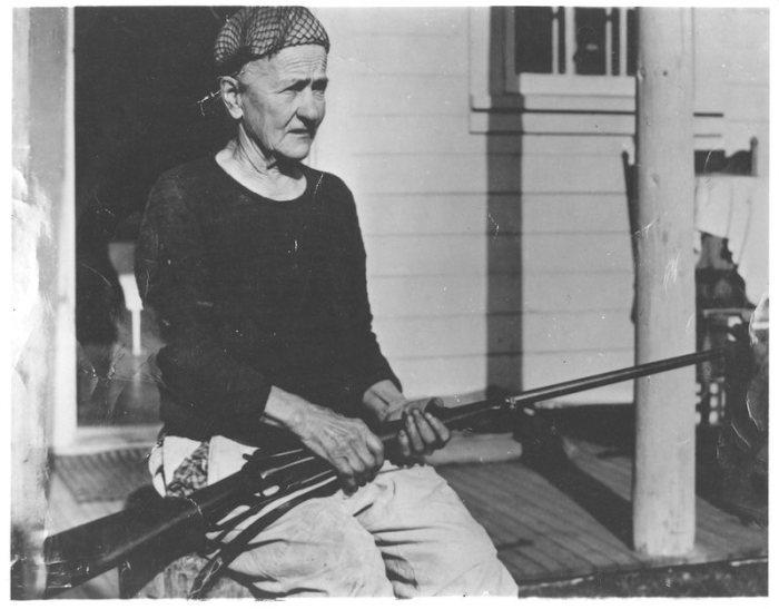 Фанни Квигли на крыльце дома в Кантишне, 1940 год. | Фото: atlasobscura.com.