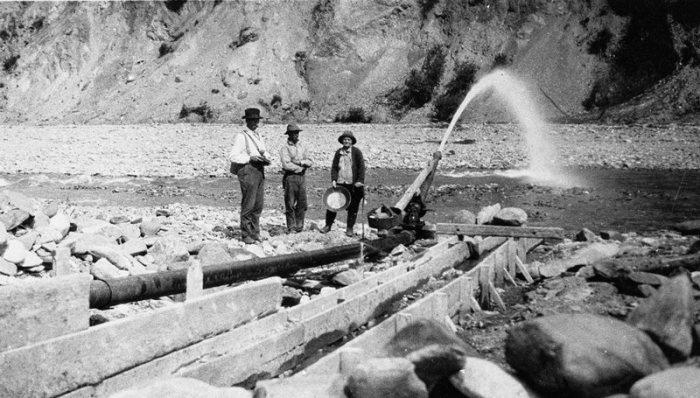 Фанни Квигли и ее муж Джо заняты гидравлической добычей золота. | Фото: atlasobscura.com.