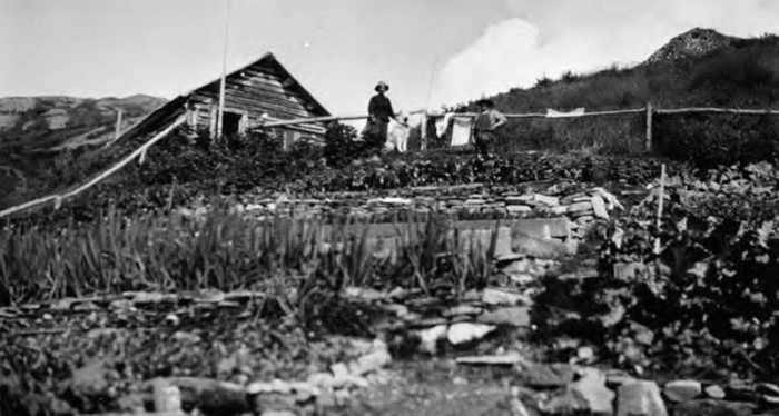 Фанни Квигли стоит перед своей хижиной. | Фото: vilda.alaska.edu.