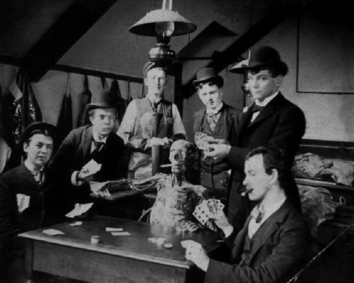 Студенты-медики играют в карты с «курящим» трупом, ок. 1890 г. | Фото: researchgate.net.