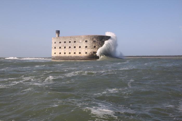 О стены форта разбиваются штормовые волны зимней Атлантики. | Фото: smileplanet.ru.