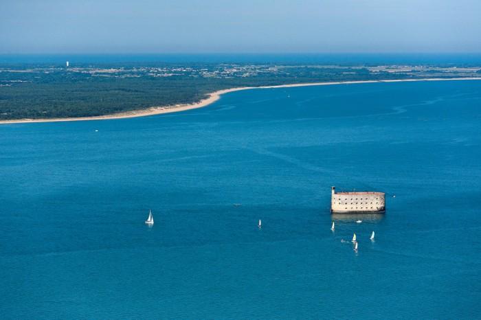 Форт Бойяр стоит посреди пролива Антьош. | Фото: smileplanet.ru.