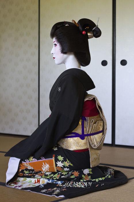 Гейша Кимиха в черном кимоно. | Фото: en.wikipedia.org.