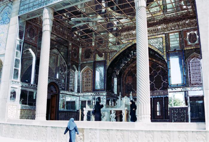 Мраморный трон в зеркальном зале дворца Голестан. | Фото: commons.wikimedia.org.