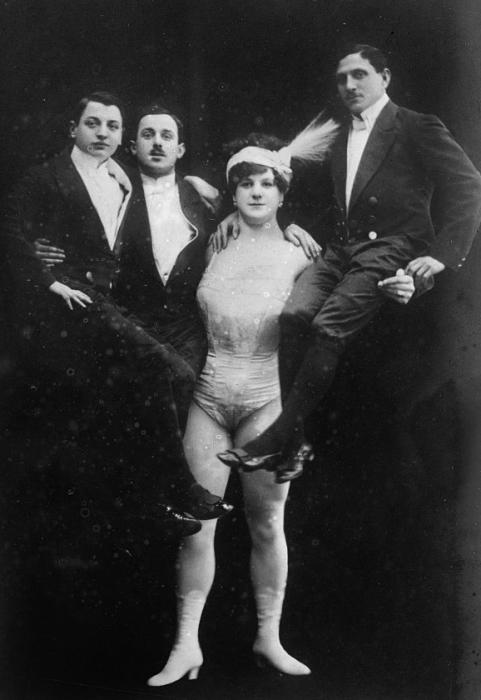 «Леди Геркулес» держит трех взрослых мужчин. | Фото: commons.wikimedia.org.