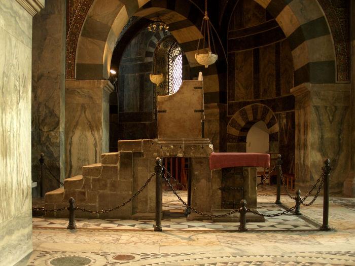 Королевский трон в дворцовой капелле в Ахенском соборе. | Фото: en.wikipedia.org.