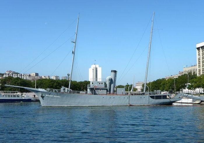 Яхта «Красный вымпел» (бывший «Адмирал Завойко») в Владивостоке. | Фото: ru.wikipedia.org.