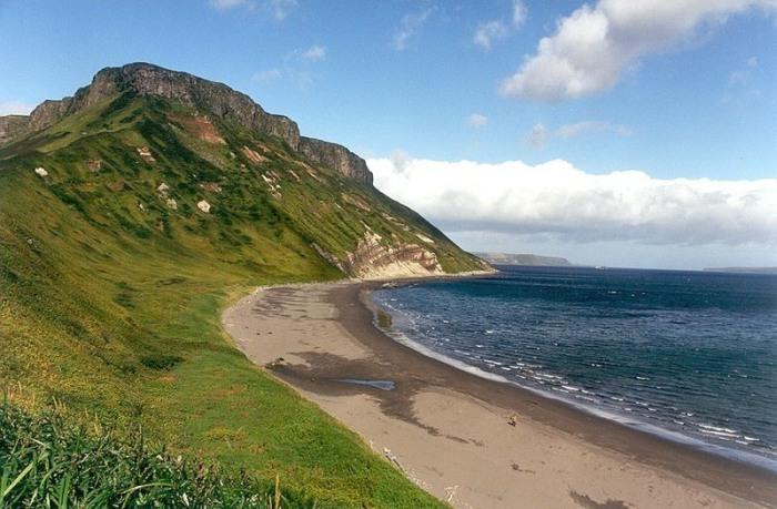 Один из Курильских островов.   Фото: commons.wikimedia.org.