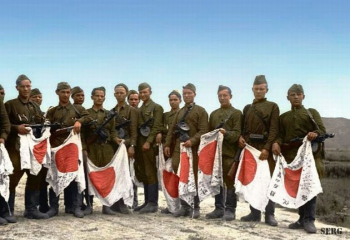 Советские солдаты с трофеями, 1945 год.   Фото: phototopic.ru.