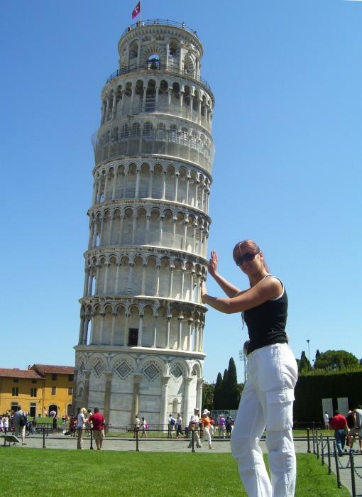 Туристы обожают фотографироваться возле Пизанской башни, «поддерживая» ее, либо «опираясь» на этот памятник архитектуры. | Фото: vk.com.