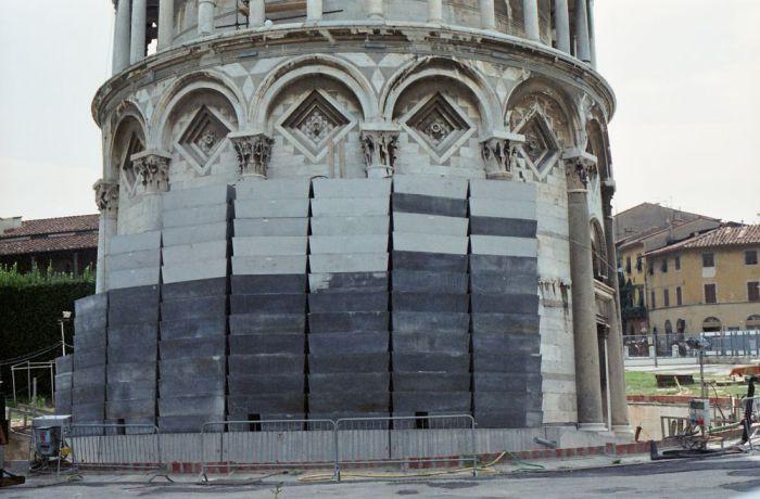 Свинцовые противовесы, установленные у основания Пизанской башни. | Фото: sites.google.com.