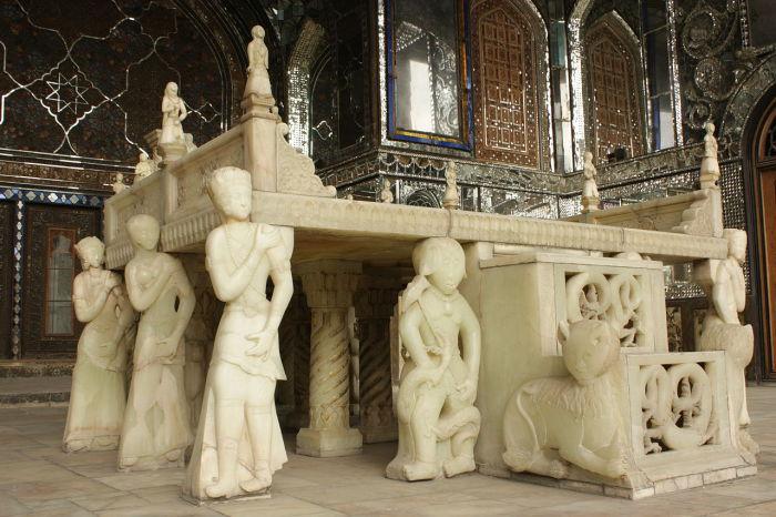 Мраморный трон. | Фото: en.wikipedia.org.