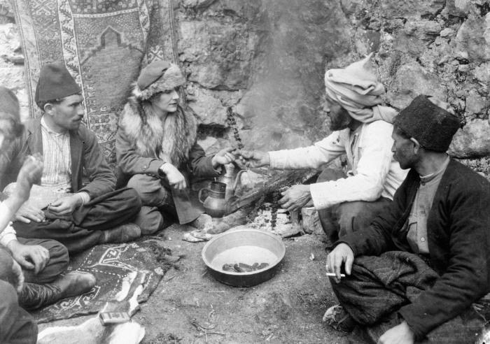 Журналист и исследователь Маргерит Гаррисон разделяет трапезу с группой мужчин племени бахтиаров, 1920-е гг.   Фото: atlasobscura.com.