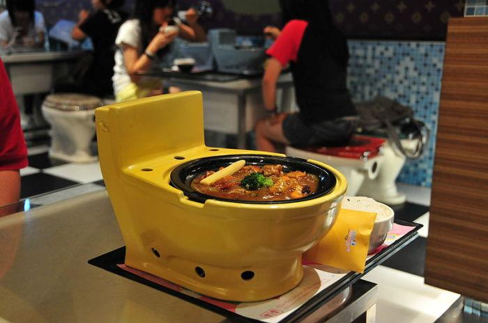 Посуда для первой брачной ночи в форме унитаза. | Фото: upload.wikimedia.org.