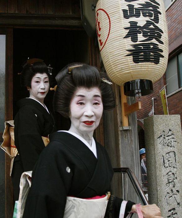 Две немолодые гейши в Нагасаки. | Фото: flickr.com.