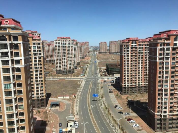 Пустынная улица «города-призрака». | Фото: forbes.com.