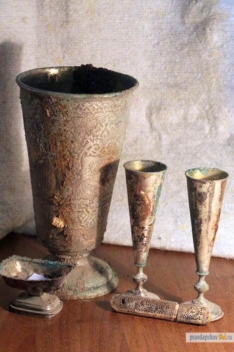 Серебряный кубок и бокалы, украшенные вензелями Екатерины II.  | Фото: dostoyanieplaneti.ru.