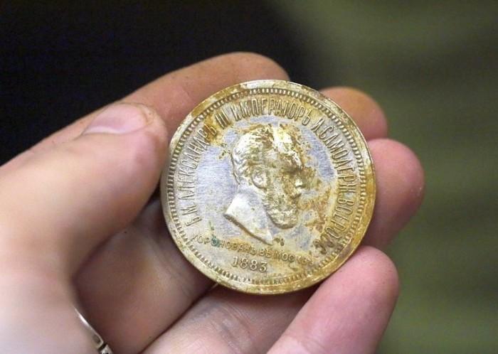 Серебряный рубль, выпущенный в честь коронации Александра III в 1883 году. | Фото: matveychev-oleg.livejournal.com.