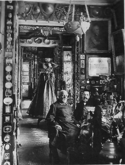 Федор Михайлович Плюшкин со своим сыном в доме-музее. | Фото: ru.wikipedia.org.