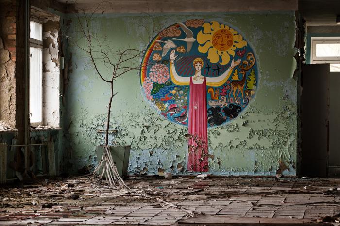 Интерьер разрушающегося здания в Припяти. | Фото: pravmir.ru.