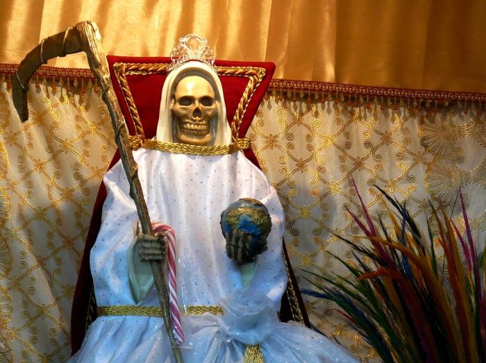 Санта Муэрте держит в своей руке земной шар. | Фото: flickr.com.