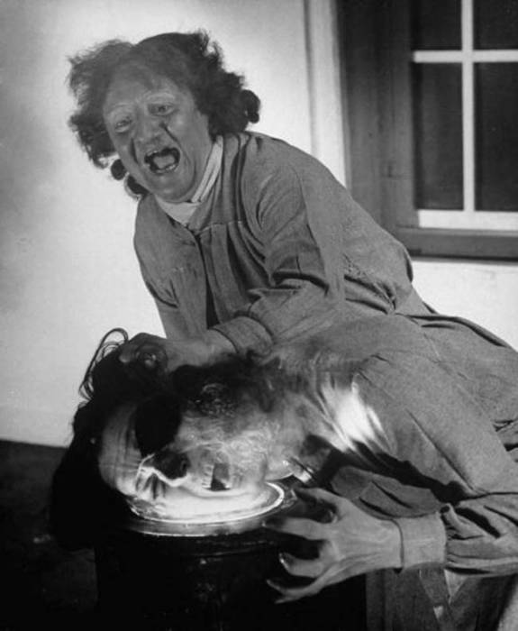 Сумасшедшая женщина топит человека в кислоте. | Фото: viralnova.com.