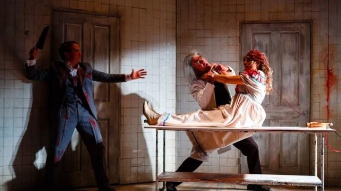 Безумный доктор оживляет мертвую женщину. | Фото: theotherbridgeproject.wordpress.com.