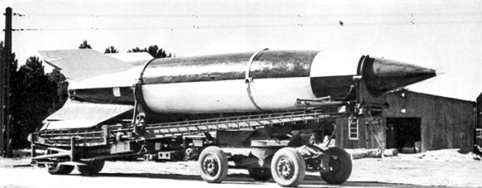 Транспортировка ракеты «Фау-2» на полигоне Пенемюнде, 1945 год. | Фото: ru.wikipedia.org.