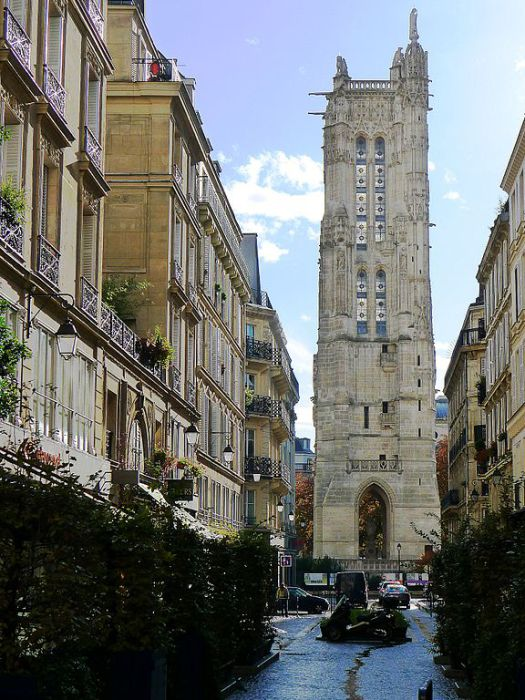Вид с улицы Николя Фламеля на остатки башни церкви Сен-Жак. Париж. | Фото: commons.wikimedia.org.