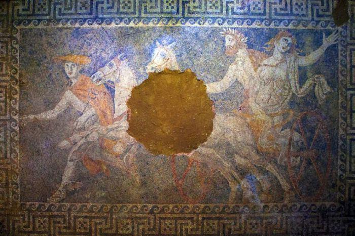Напольная мозаика гробницы в Амфиполисе. | Фото: forbes.com.