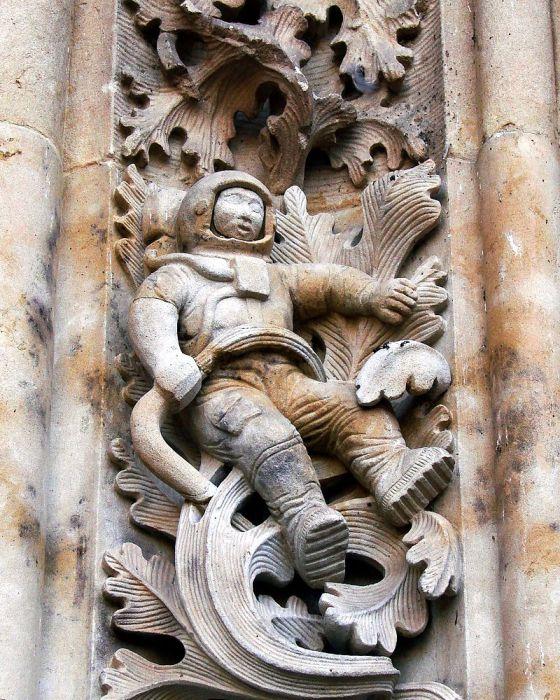 Астронавт на рельефном украшении собора Саламанки. | Фото: commons.wikimedia.org.