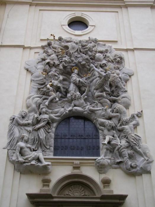 Украшение окна костела. | Фото: praga-praha.ru.