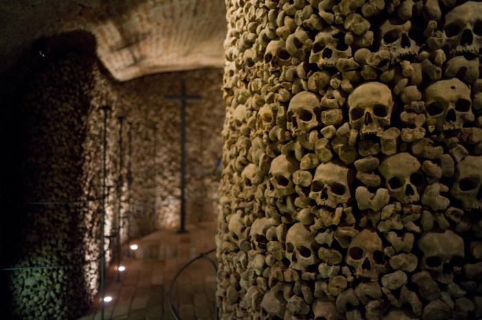 Черепа и кости тысяч людей в подземельях под костелом Святого Якуба. | Фото: photo.sf.co.ua.