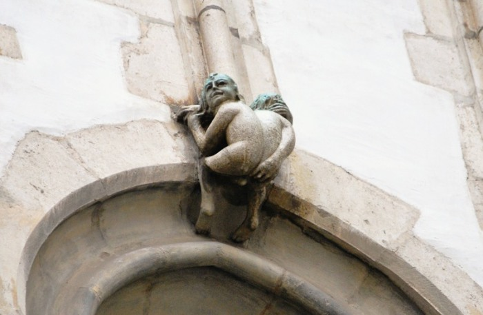 Скульптура обнаженного двухголового человечка. | Фото: atlasobscura.com.