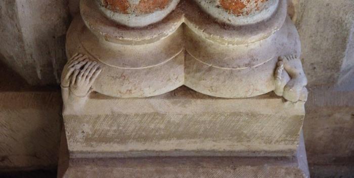 «Раздавленный человек» находится под колонной позади раки святого Фомы Аквинского. | Фото: atlasobscura.com.