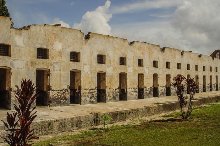 Казармы для заключенных на каторге во Французской Гвиане. | Фото: atlasobscura.com.
