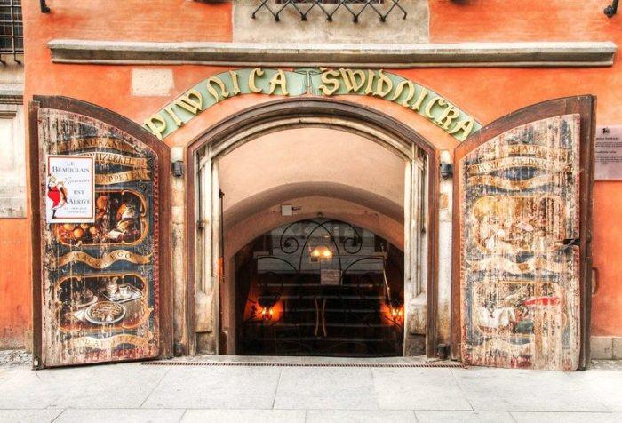 Вход в Piwnica Świdnicka – ресторан, расположенный на месте вроцлавской городской пивоварни. | Фото: commons.wikimedia.org.