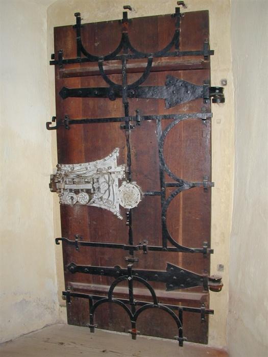 Тяжелая укрепленная дверь с множеством засовов и замков. | Фото: biertan.ro.