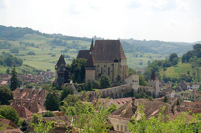 Укрепленная церковь XV века господствует над коммуной Бьертан. | Фото: beel-online.com.