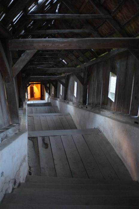 Наверх, в крепость, ведет тесный проход. | Фото: biertan.ro.
