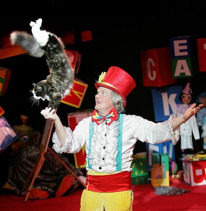 Юрий Куклачёв выступает в номере с кошками. | Фото: vmireinteresnogo.com.