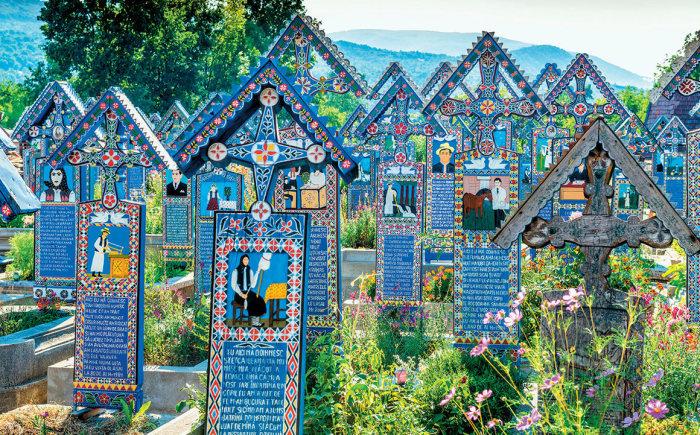 Резные украшения на Веселом кладбище в Румынии. | Фото: shutterstock.com.