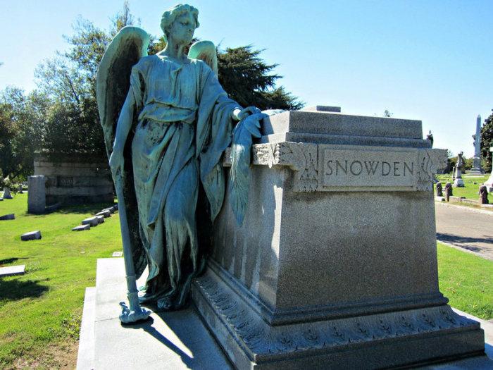 Каменная статуя на могиле кладбища Элмвуд. | Фото: atlasobscura.com.